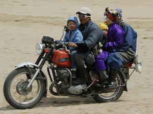 Familie op motor