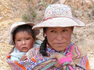 Vrouw met kind uit regio Arequipa