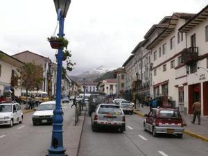 De stad met de besneeuwde Andes op de achtergrond