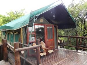 in Afrika slapen we soms in 'tented camps', een luxe tent met gewone bedden erin