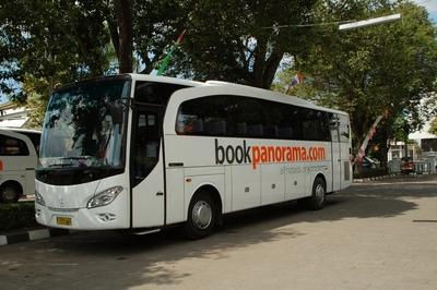 Witte bus busvervoer Indonesië Djoser