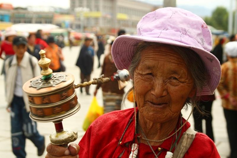 42 Vrouw met gebedsmolen Tibet