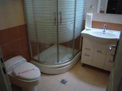 Iran hotel overnachting kamer badkamer Djoser