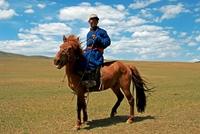 Mongolie man op paard Djoser Family Transsiberie Express