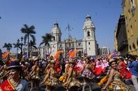 Dansende dames op het Plaza des Armas in Lima
