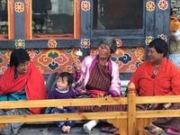 Bhutanen in traditionele kledij Thimphu Bhutan Djoser