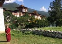 Punakha dzong met monnik Bhutan Djoser