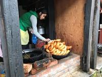 Sel roti eten Nepal