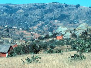 Landschap met huizen en rotsblokken