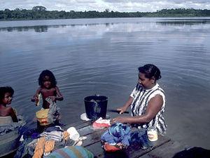 Surinamerivier - bosnegervrouw aan de was