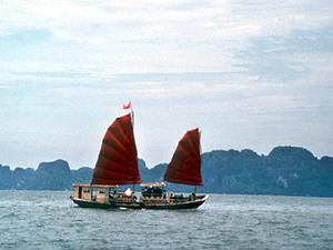 Halong Bay - rotsen in het water