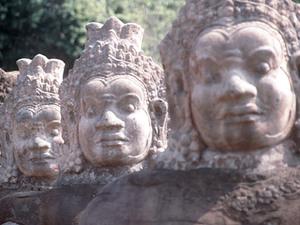 Angkor Thom - entreestraat met beelden