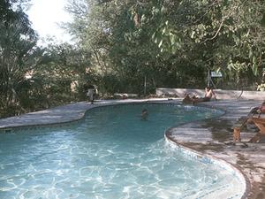 Etosha – zwembad op kampeerterrein