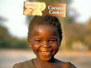 Lake Malawi – jongen met pak koekjes