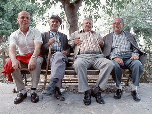 Sparta - oude mannetjes onder boom